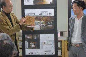 若手建築家部門最優秀賞・奥野崇さんと審査委員・横内敏人さん(左)
