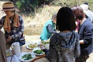 お昼は恒例の山菜天ぷらと釜焚きご飯
