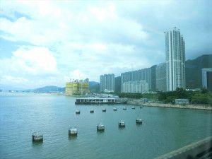 電車からの景色、海のすぐそばに高いビル!