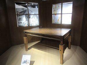 『吉田謙吉と12坪の家 ー 劇的空間の秘密』(LIXILギャラリー、5月25日まで)に行く。舞台美術家であり、文筆家である吉田謙吉氏が建てた、12坪の家。 〈 建築家ではない謙吉が設計した、たった12坪の家(約40平米)には小さなステージが設けられ、各部屋には複数の用途が兼ねられ、狭いながらも細部に工夫と夢が詰め込まれている。…… 〉 と、この企画展に合わせて出版された本に、ある。その家の仕掛けをのぞき、舞台美術の仕事を拝見。吉田謙吉考現学。