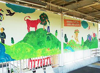 半田市の駅では、ワキタさんが型染めで製作した巨大な絵がお出迎え