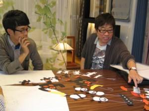 打ち合わせ風景。高畠純さん(右)と著者(左)。テーブルには別案もずらり