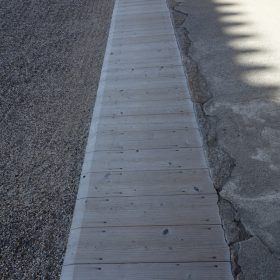 何の変哲もない、側溝に渡した板。