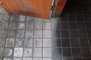 玄関とポーチの床は「ソイルセラミックス」というタイル。