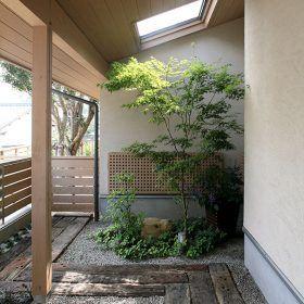 玄関わきの庭