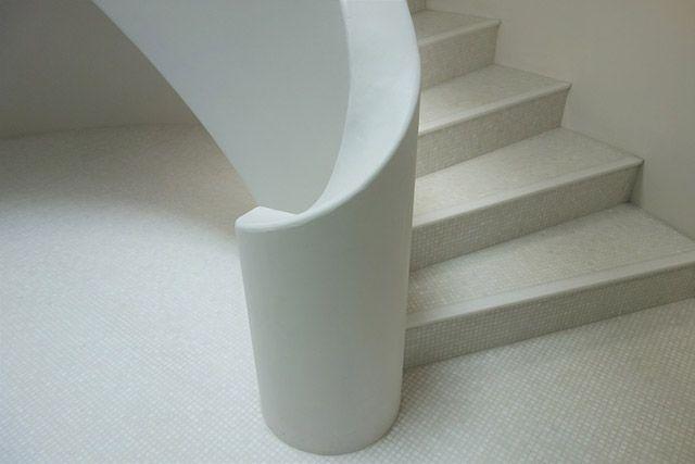 泉幸甫氏設計の共同住宅の階段室