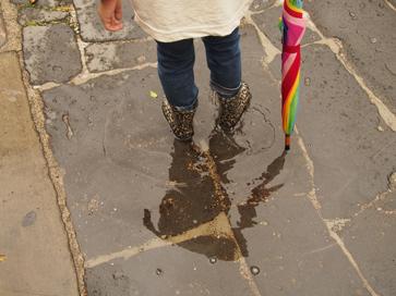 雨だれ子ども現わる。