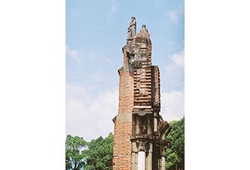 70年目の朝 浦上天主堂被爆遺構のもとで。