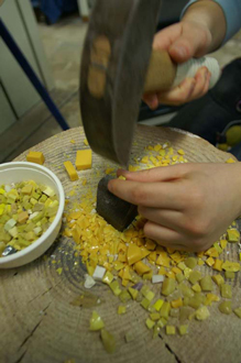 マルテリーナとタリオーロという石工道具でズマルトをカット中。