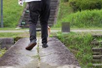 石橋。思い荷物を持っていても踏ん張れるように真ん中が凹んでいます