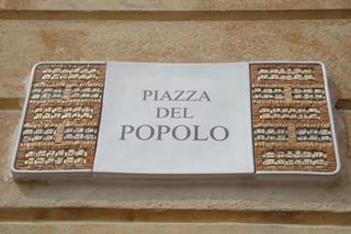 町の中心、市民広場Piazza del Popoloの看板