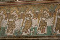 きらびやかな衣装をまとった聖女達。一人一人の顔つきに個性が