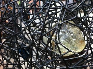 ペギー・グッゲンハイム美術館門扉に飲み込まれたガラス