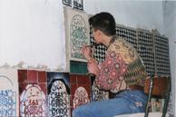 貼った後のタイルの釉薬をはがして絵を描く