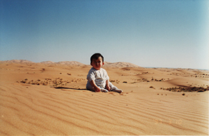 サハラ砂漠で砂遊び