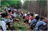 中学生に森林の働きを説明する筆者。