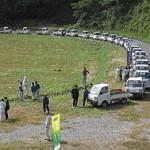 軽トラに丸太を積んで集まる参加者(鳥取県智頭町)