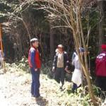 分収造林契約地を地元住民と視察する筆者