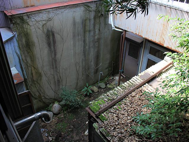 改修前、空き家となって10年以上。庭は荒れていた。