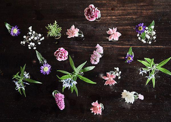 花材:小花たち、かすみ草、都忘れ、丁子草、ソリダコ、カーネーション、スターチス、ぺニビン(ペニシリン瓶)