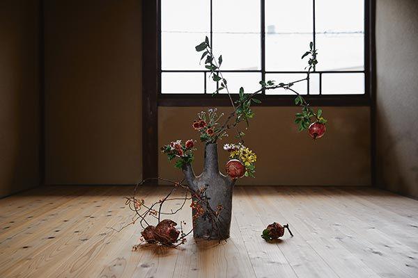 柘榴、小菊、石蕗(ツワブキ)、野菊、ツルウメモドキ