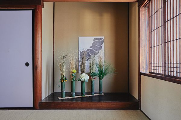 花材:稲藁(エコファーム奥野)、大王松、葉牡丹、菊、万両、金柑