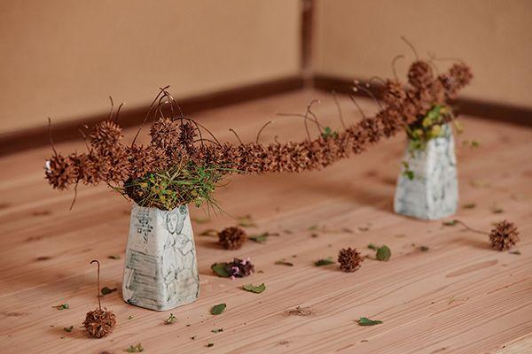 花材:プラタナスの実 河辺りの草