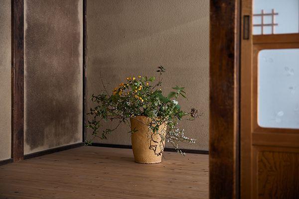 花材:ゆき柳 びよう柳 雲龍柳 あけび 山吹 紫陽花 連翹 踊子草 きゅういの蔓