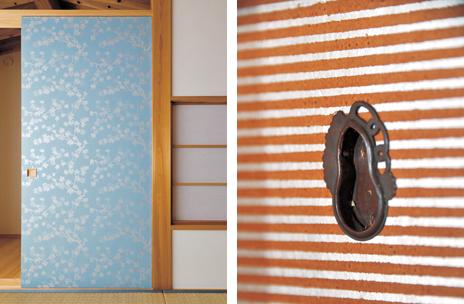 左/美しい模様の唐紙で仕上げた縁なし襖。 右/瓢箪をあしらった趣のある引手金物。