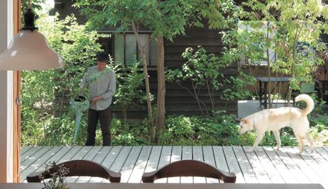 室内と庭をつなぐウッドデッキは暮らしを豊かにしてくれる。
