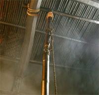 囲炉裏の上は煙がもうもう。この煙が煤竹を作ります