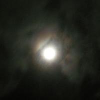 雲にうつる月の光は虹のよう