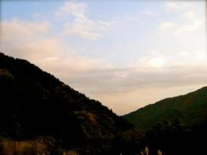 山間の日はみじかく、作業を終えるともう夕暮れ間近です。