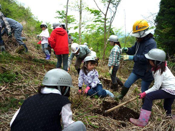 福岡市内の子どもたちが植林をする様子。筑後川下流にて