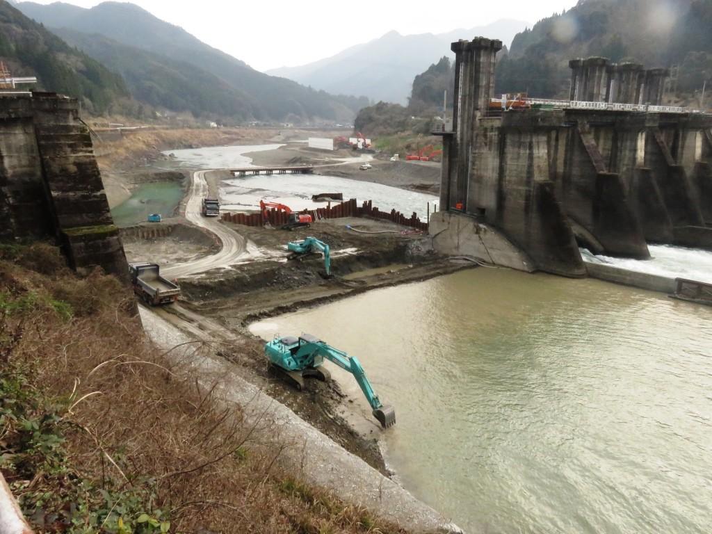 少しずつ、慎重に取り壊しが進む荒瀬ダム(2015年3月7日、つる詳子さん撮影)