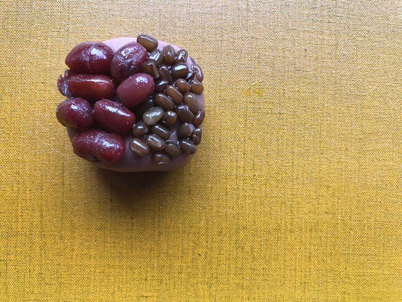 風味の濃い在来種の小豆の練り切りの上に、大粒の能登大納言とヤブツルアズキの鹿の子。来年もますます採れますようにと、枡に見立てて。
