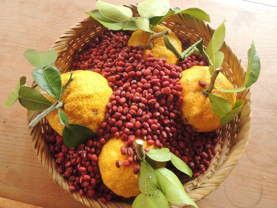 新物の小豆の中に柚子を埋めて保存すると虫除けになり、柚子の乾燥も防げるという集落のじいちゃんに習った知恵。