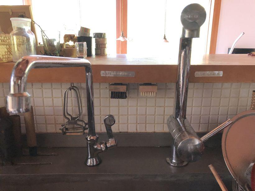 キッチンには二つの蛇口。右は山水、左は上水道。