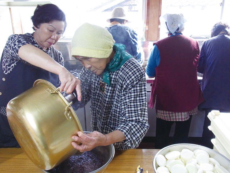 祭りのごっつぉ作りでばあちゃん達に自慢の味を教えてもらう。