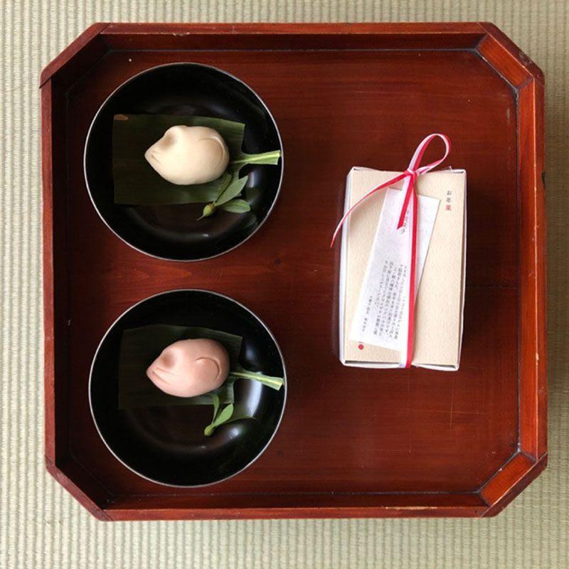 干支の薯蕷練り切り。ツクバネの実と羽子板に見立てたクマイザサの敷葉を菓子椀に。