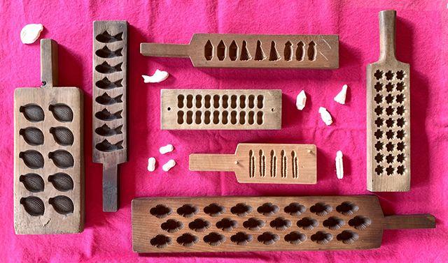 小粒でいくつもモチーフが彫られていて量産できるもの。時計回りに舟と網とイカ、桜、富士山、蓮弁、鯛、繭、土筆。