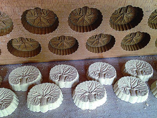 秋田の諸越(もろこし)の蕗の型は小豆の粉で作るらしいがこれは蕎麦粉。図柄が素朴でおおらか。