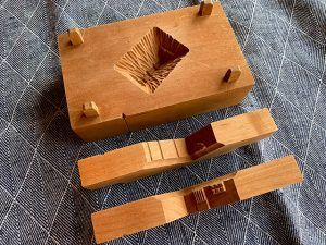 茅葺き民家の型を使って桃山を作る。