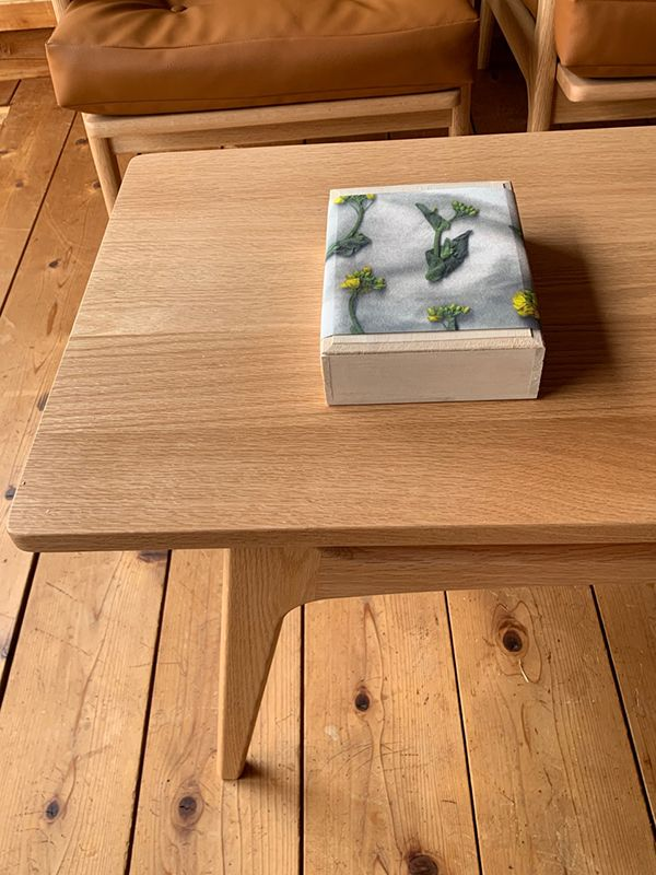 桐箱に菜の花の掛け紙。手書きでメッセージを添えて。