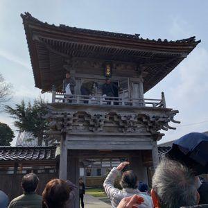 河井町、曹洞宗蓮光寺では山門から「犬の子」まきが行われる。