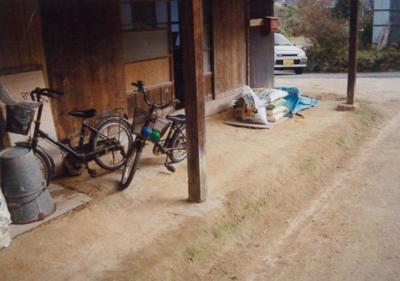 納屋の犬走りのたたき。地場で採れる赤土を踏み固め、たたきしめただけ