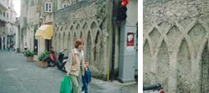 [左]南イタリアのアマルフィ。旧市街の壁[右]石を石灰モルタルで積んだ朽ちた壁