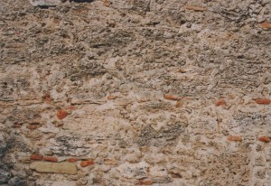 石と煉瓦を煉瓦の粒入りの石灰モルタルで積んだ壁。いつの時代の壁か不明