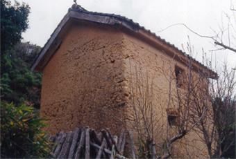 始まりの土蔵。土塀造りの版築の構法でつくられた山口県豊浦の土蔵