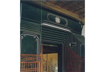 座敷蔵の戸前(トマエ)の観音扉。黒漆喰の磨き仕上げに白い面取りの漆喰仕事の最高峰(秋田羽後町)